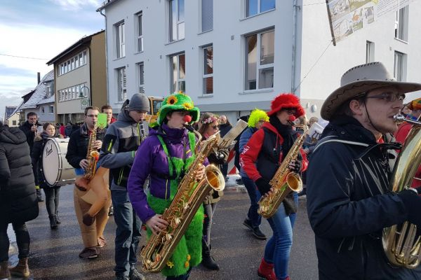 Erster Sonntagsumzug in Hochdorf mit dem Musikverein und dem Hochdorfer Narrenmarsch
